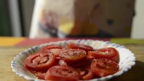 Tomate coupée en tranches assaisonnée avec du sel clips vidéos