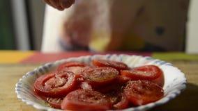 Tomate coupée en tranches préparée avec l'origan clips vidéos