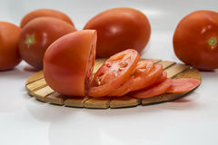 Tomate coupée en tranches se trouvant sur le conseil Photos stock