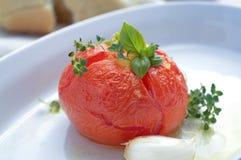 Tomate cuite au four avec le basilic et l'ail Photographie stock libre de droits