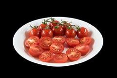 tomate cuted en plato con el fondo negro fotos de archivo libres de regalías