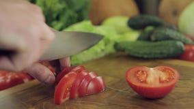 Tomate découpant en tranches sur le hachoir banque de vidéos