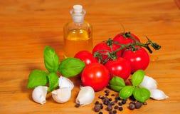 Tomate d'ail de basilic de nourriture Photographie stock libre de droits
