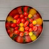 Tomate dans la cuvette Photos stock