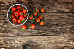 Tomate de bébé sur le bois photo libre de droits