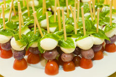 Tomate de Bocconccini y bocado verdes olivas de la albahaca Imágenes de archivo libres de regalías