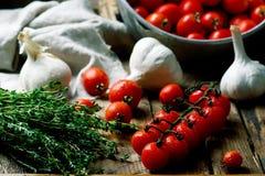 Tomate de cereja fresco, orgânico na tabela de madeira Foto de Stock
