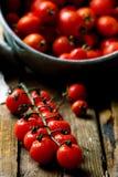 Tomate de cereja fresco, orgânico na tabela de madeira Imagens de Stock