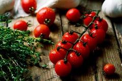 Tomate de cereja fresco, orgânico na tabela de madeira Imagem de Stock Royalty Free