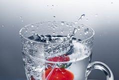 Tomate de cereja na água Imagem de Stock Royalty Free