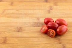 Tomate de cereza en el tablero de madera Fotografía de archivo