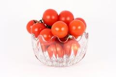 Tomate de cereza en el tazón de fuente de cristal Imagen de archivo libre de regalías