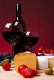 Tomate de cereza, vino rojo y queso Imágenes de archivo libres de regalías