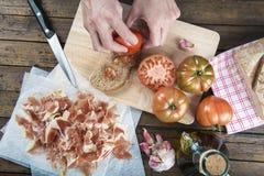 Tomate de frottage de chef sur une tranche de pain Photo libre de droits