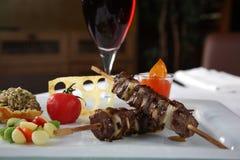 Tomate de Kebab y vino rojo Imagenes de archivo