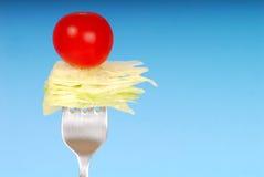 Tomate de la lechuga y de cereza en una fork Foto de archivo libre de regalías