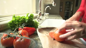 Tomate de Person Prepares Food Slices Red do movimento lento video estoque