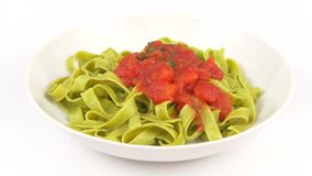 Tomate del verde de los tallarines de las pastas del plato almacen de metraje de vídeo