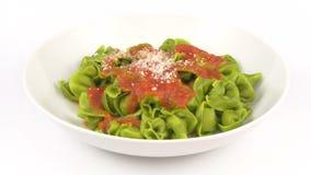 Tomate del verde de Tortelli de las pastas del plato almacen de video