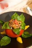 Tomate delicioso de Roma relleno con albahaca y el polluelo Fotos de archivo libres de regalías