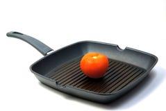 Tomate in der Bratpfanne stockbild
