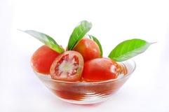 Tomate in der Schüssel lokalisiert auf Weiß Lizenzfreies Stockfoto