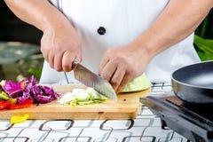 Tomate do corte do cozinheiro chefe Imagem de Stock