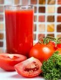 Tomate e bebida de Juice Shows Refresh Thirsty And fotografia de stock