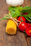 Tomate e manjericão italianos da massa dos espaguetes Foto de Stock