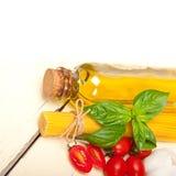 Tomate e manjericão italianos da massa dos espaguetes Fotos de Stock