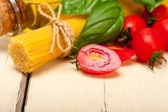 Tomate e manjericão italianos da massa dos espaguetes Imagens de Stock