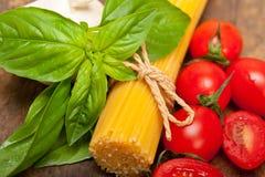 Tomate e manjericão italianos da massa dos espaguetes Imagem de Stock