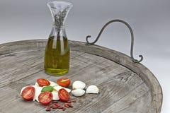 Tomate e mozzarella com petróleo verde-oliva Foto de Stock Royalty Free