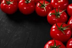 Tomate em um fundo preto com gotas realísticas da reflexão e da água Tomates frescos Imagens de Stock Royalty Free