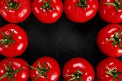 Tomate em um fundo preto com gotas realísticas da reflexão e da água Tomates frescos Imagens de Stock