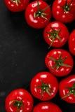 Tomate em um fundo preto com gotas realísticas da reflexão e da água Tomates frescos Fotografia de Stock