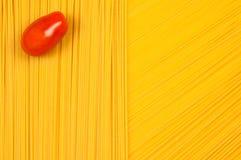 Tomate en fondo del espagueti Imagen de archivo libre de regalías