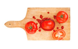 Tomate et ketchup avec des tranches de tomate sur le conseil en bois Photographie stock libre de droits