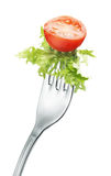 Tomate et laitue sur la fourchette image libre de droits