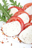 Tomate et mozzarella avec des lames de basilic Images libres de droits