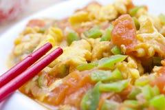 Tomate et oeuf sur le plat par Stir Photo libre de droits