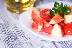Tomate et pommes de salade Régime de Vegan Images libres de droits