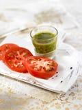 Tomate fraîche avec la rectification française d'herbe Image stock