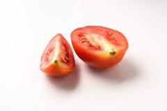 Tomate fraîche de coupe dans la moitié Photographie stock libre de droits