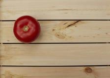 Tomate fraîche sur le dessus de table en bois Photo libre de droits