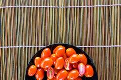 Tomate fraîche sur le fond en bambou image libre de droits