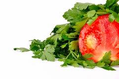 Tomate fresco y perejil maduros aislados en blanco Fotografía de archivo