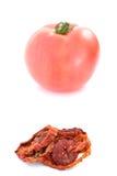 Tomate fresco y seco en el fondo blanco Fotografía de archivo libre de regalías