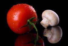 Tomate fresco y seta de botón blanca Imagen de archivo libre de regalías