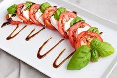 Tomate, fromage et salade italiens classiques de basilic Images stock